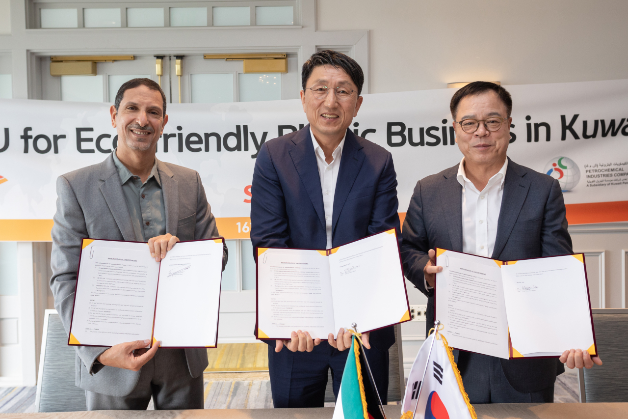 SKC President Lee Wan-jae (right), SKC picglobal CEO Won Ki-don (center) and PIC CEO Mutlaq al-Azmi pose during a signing ceremony for their memorandum of understanding in Los Angeles, Thursday. (SKC)