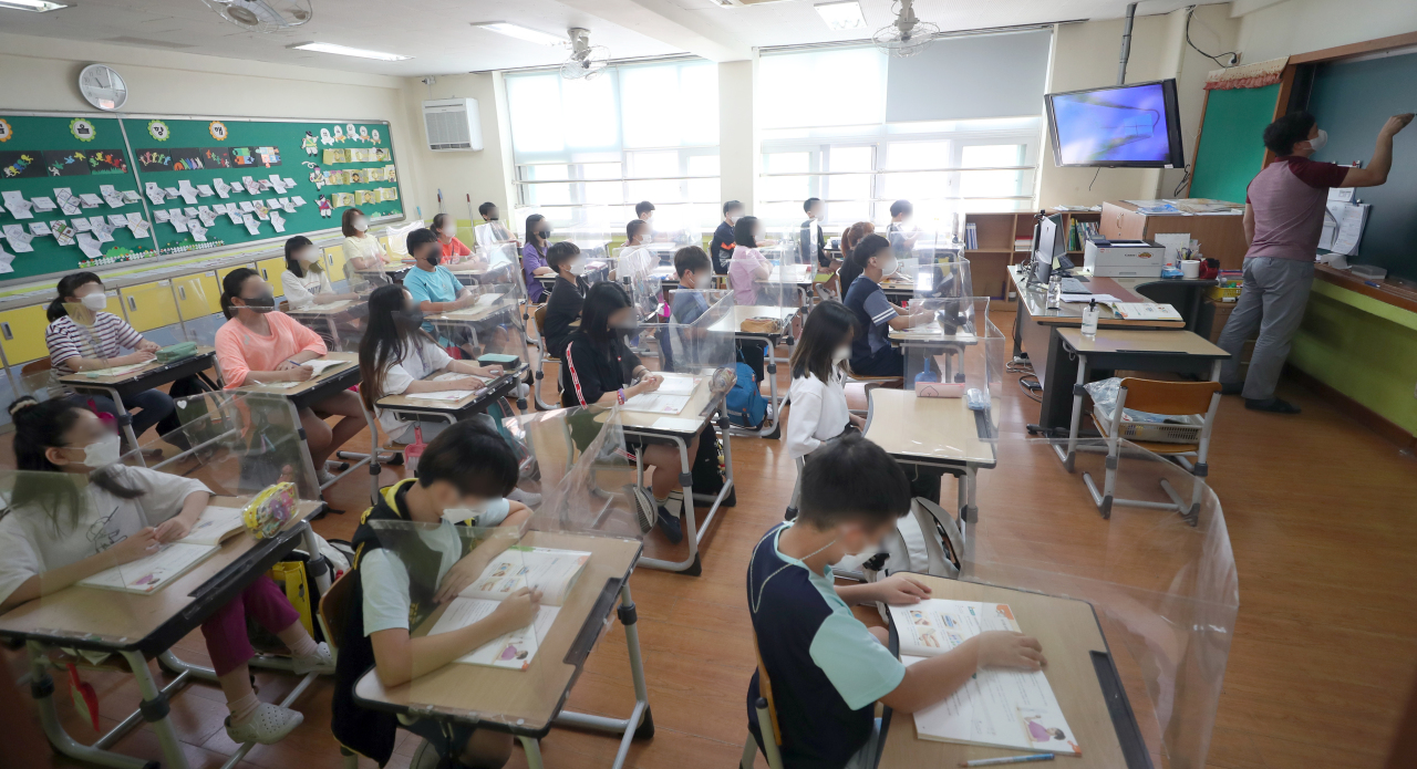 his Sept. 8, 2021, file photo shows an elementary school class in Gimhae, about 450 kilometers southeast of Seoul. (Yonhap)