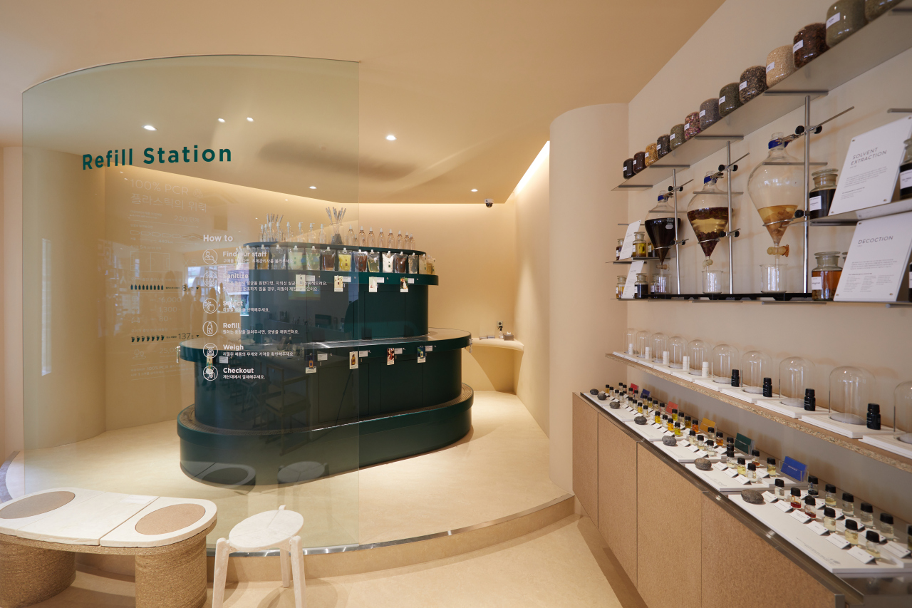A shampoo and body wash refilling station is located at Aromatica's flagship store in Gangnam, southern Seoul. (Aromatica)