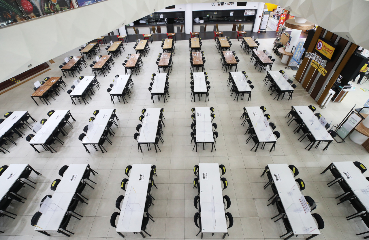 An expressway food plaza in Yongin, Gyeonggi Province is suspended during the Cheseok holiday in accordance with the government's elevated distancing rules. All expressway restaurants are closed until Sunday. (Yonhap)