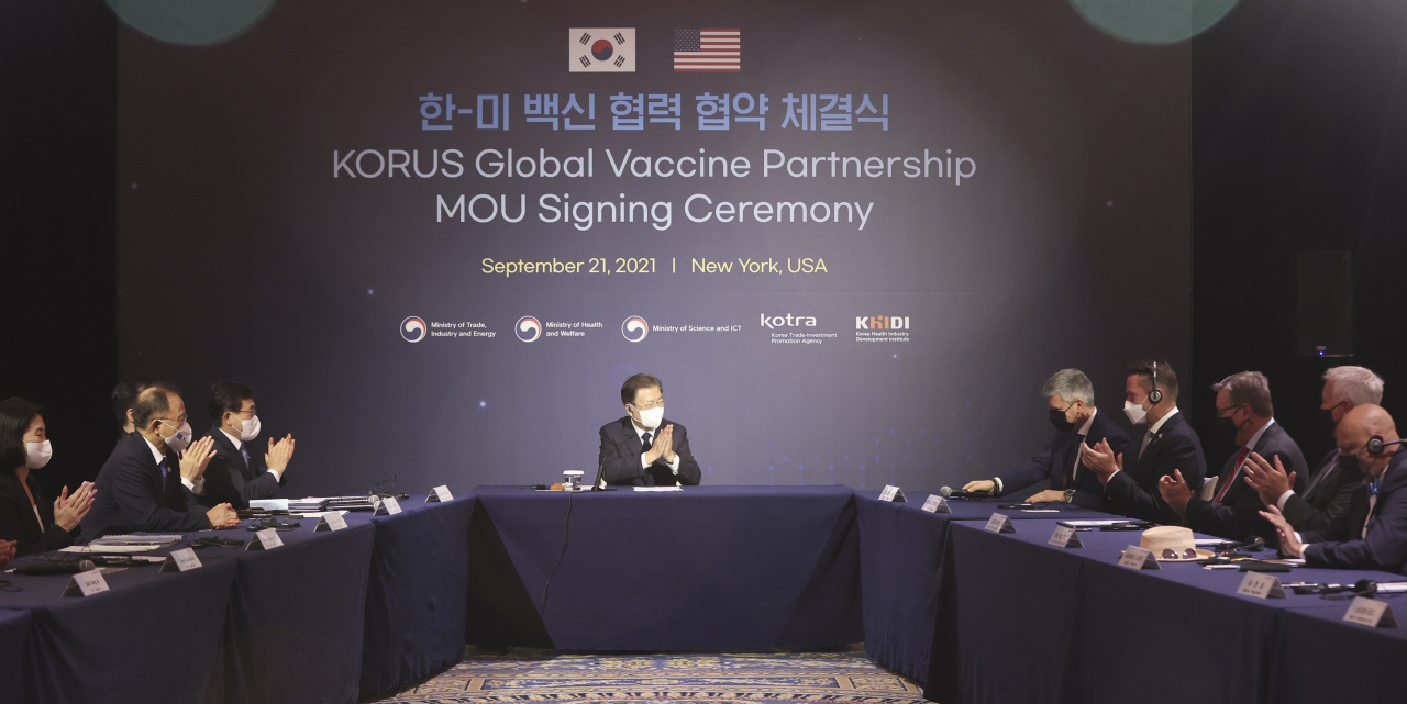 South Korean President Moon Jae-in (C) attends a signing ceremony for a South Korea-US global vaccine partnership in New York on Tuesday. (Yonhap)