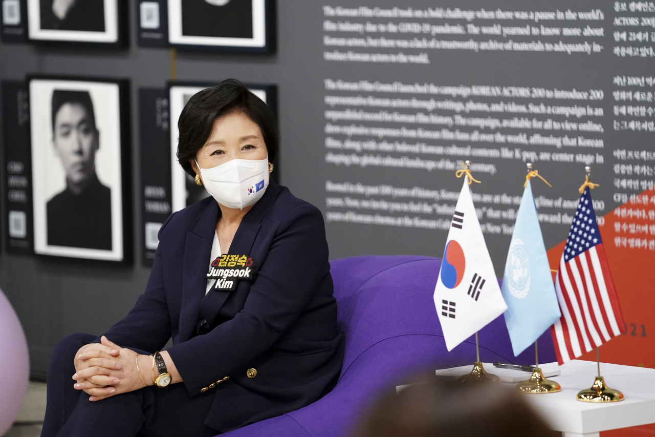 First lady Kim Jung-sook speaks during a culture talk session with young Korean Americans at the Korean Culture Center New York on Wednesday. (Yonhap)