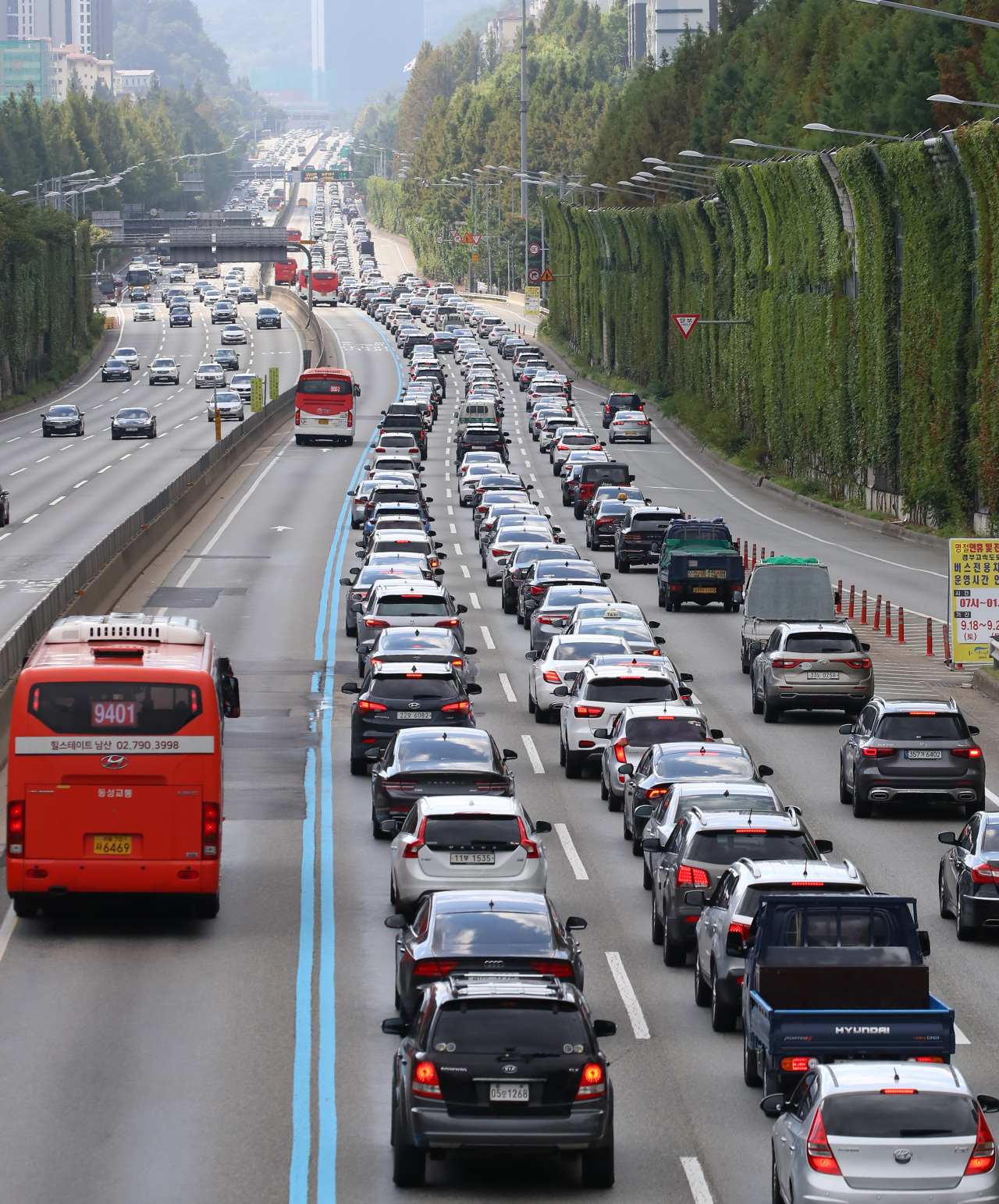 A major highway in southern Seoul is jammed with vehicles returning from hometowns on Wednesday, the last day of the Chuseok harvest holiday. (Yonhap)
