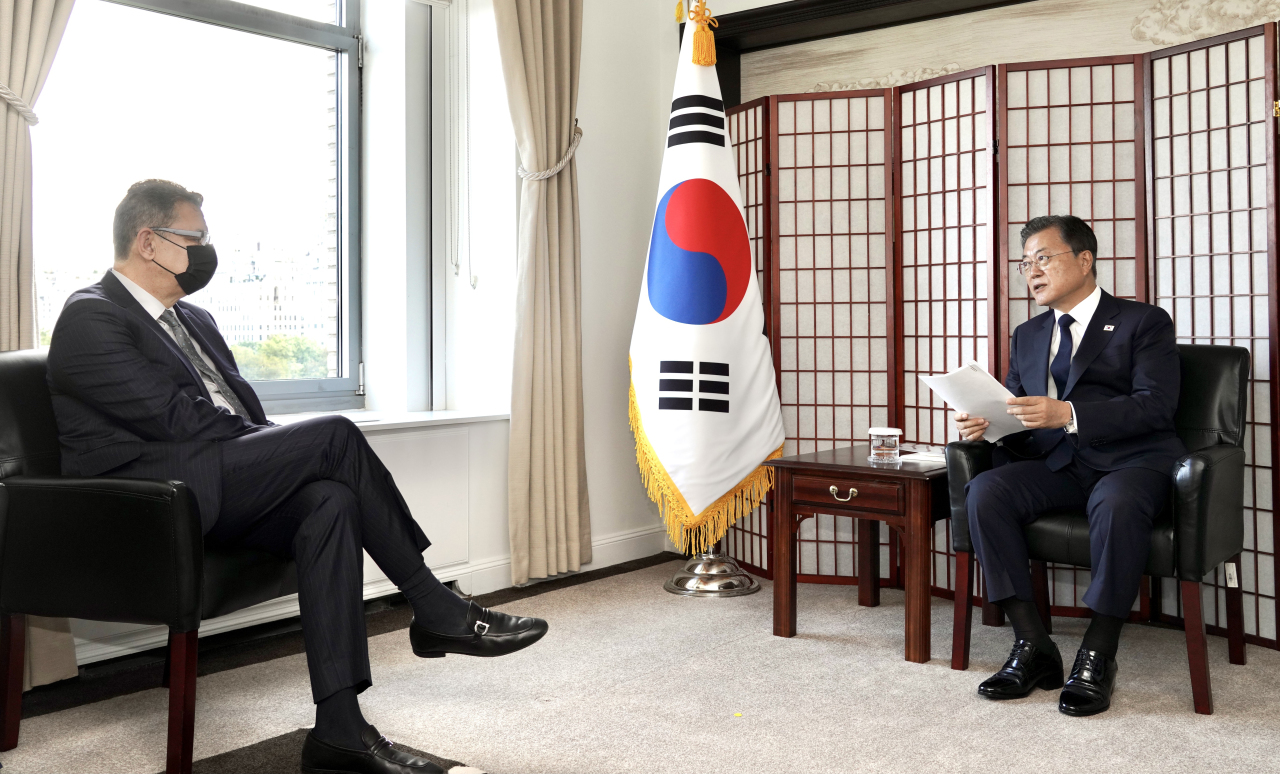 President Moon Jae-in speaks during a meeting with Pfizer CEO Albert Bourla in New York on Tuesday. (Yonhap)