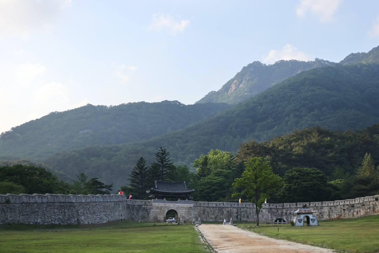 The fortress walls at the First Gate at the Mungyeongsaejae Provincial Park. ©2021 Hyungwon Kang