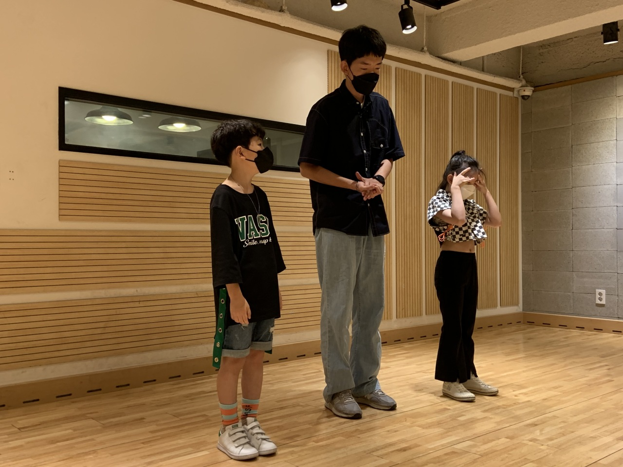 Lee Yu-chan (left), 9, and Woo Seo-yul, 8, get vocal training. (Park Jun-hee/The Korea Herald)