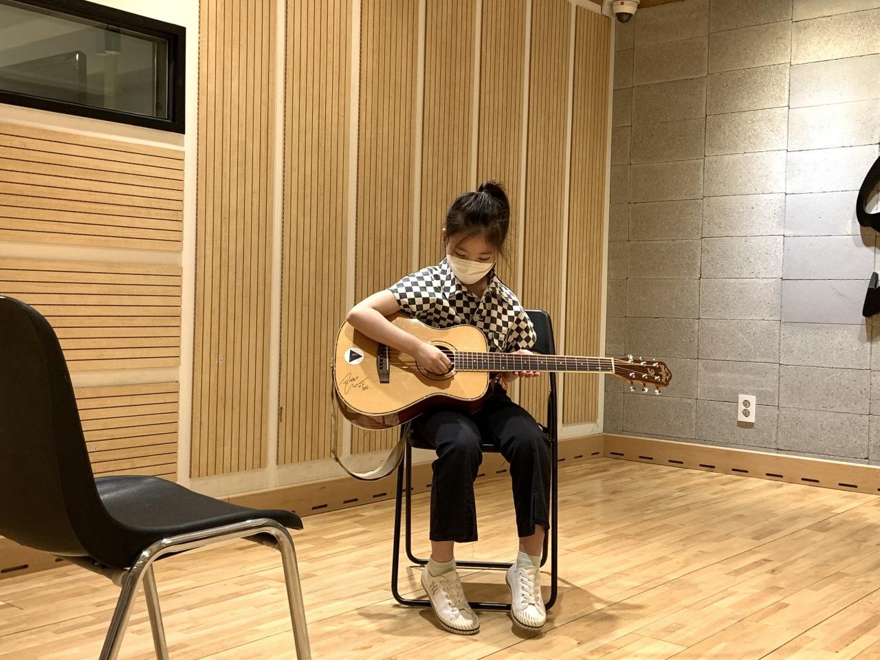 Idol-wannabe Woo Seo-yul plays the guitar. (Park Jun-hee/The Korea Herald)
