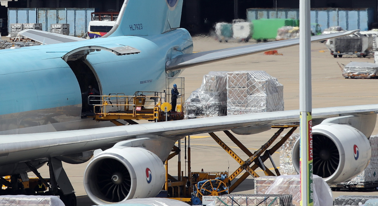 An additional batch of Pfizer's COVID-19 vaccine arrives at Incheon International Airport, west of Seoul, on Wednesday. (Yonhap)