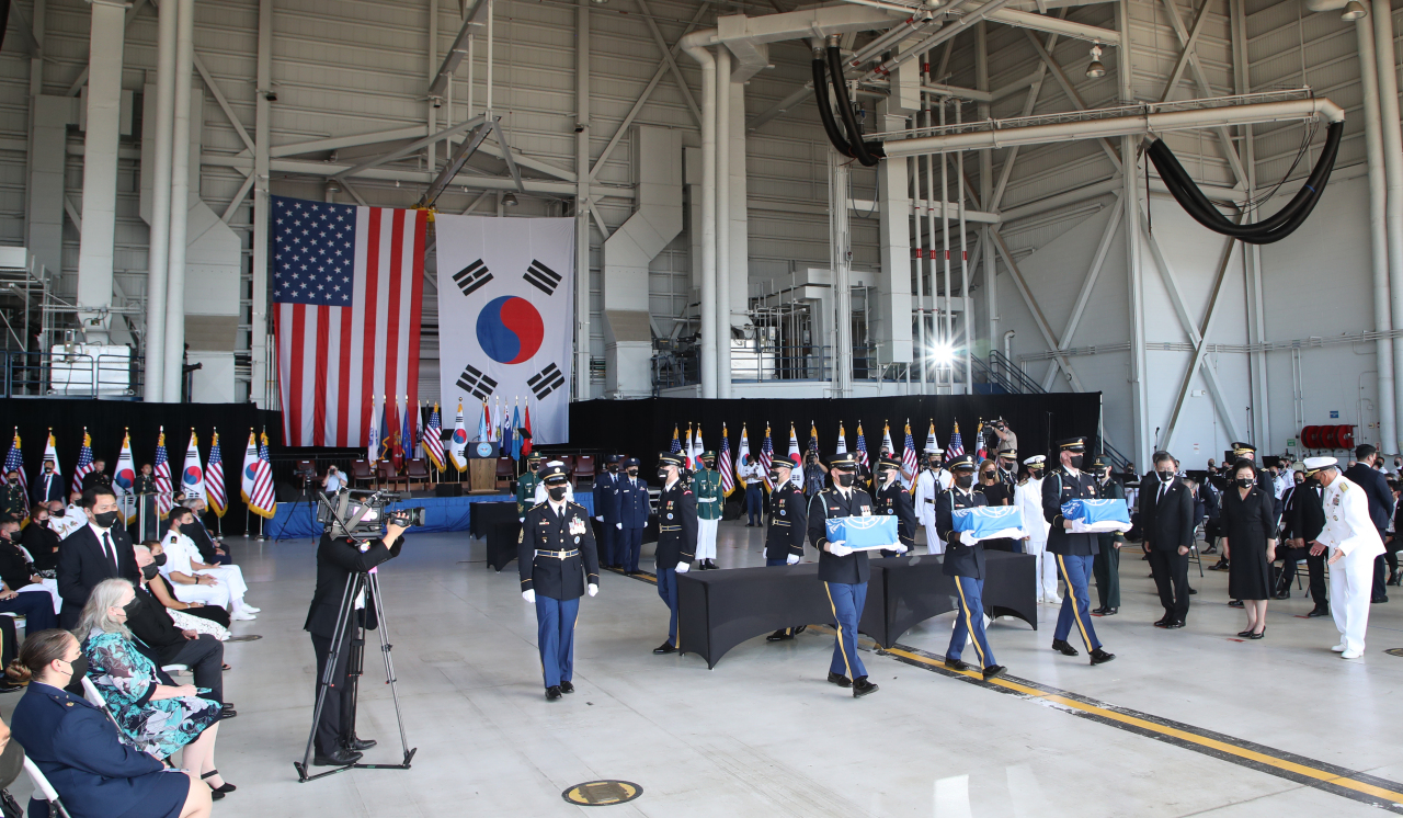 South Korean President Moon Jae-in attends a joint ceremony with the United States at Hickam Air Force Base in Hawaii on Wednesday to transfer the remains of Korean and American soldiers killed during the 1950-53 Korean War. (Yonhap)
