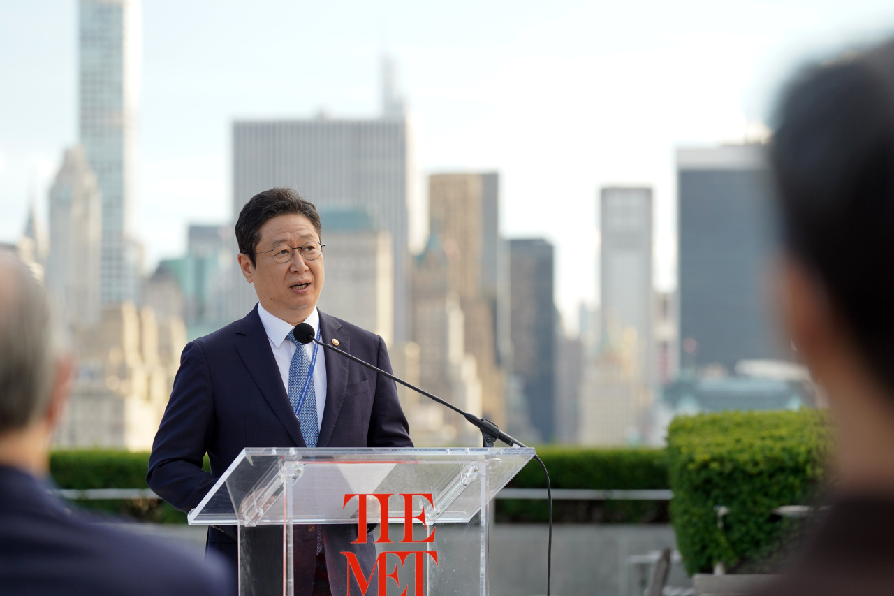 Culture Minister Hwang Hee speaks at an event held at the Metropolitan Museum of Art in New York on Monday. (Yonhap)