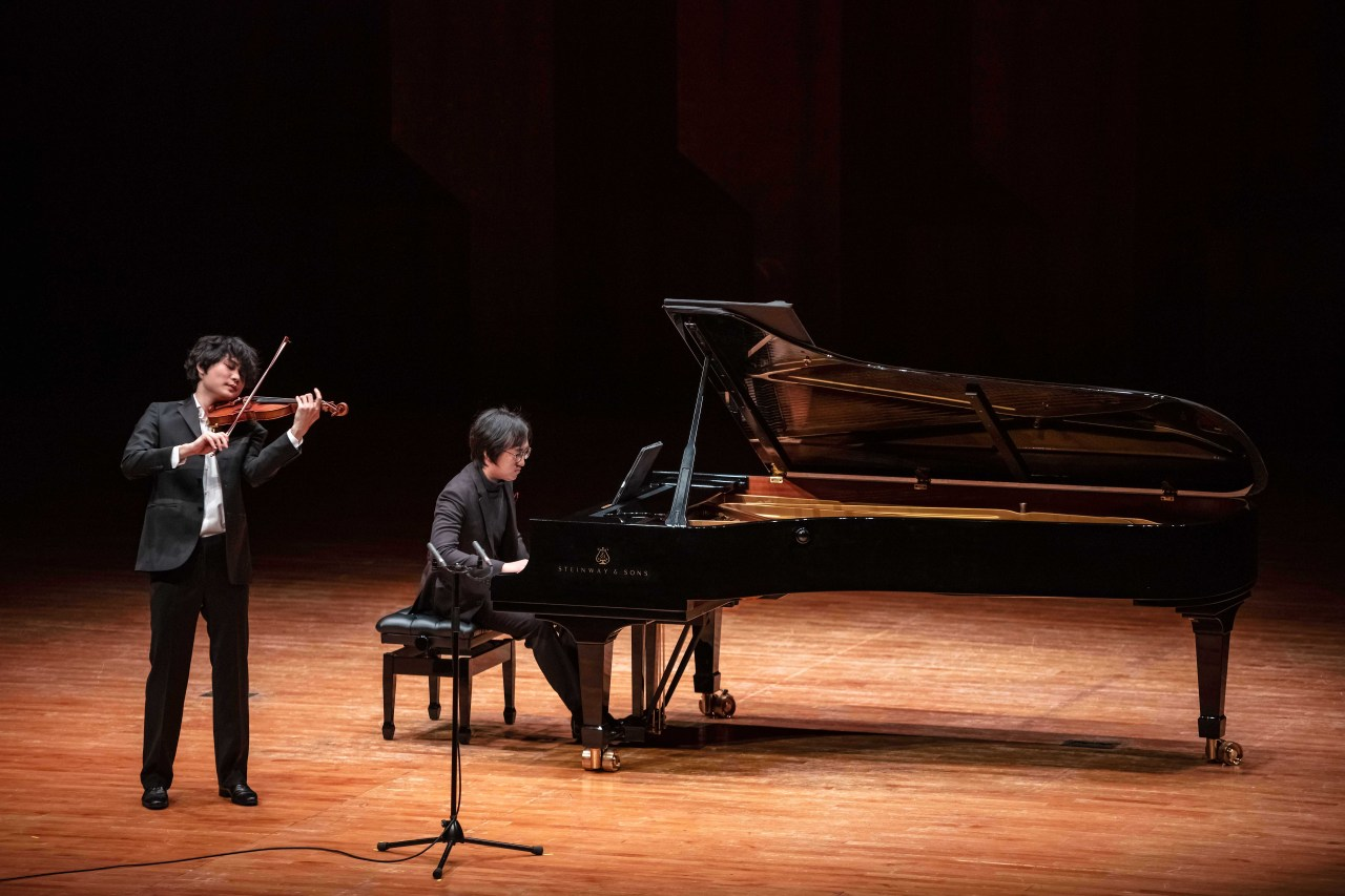 """Violinist Yang In-mo peforms in a recial marking the release of his album """"The Genetics of Strings"""" with pianist Hong Sa-hun at the Seoul Arts Center Concert Hall on March 13. (Moon Hyuck-hoon/Credia)"""