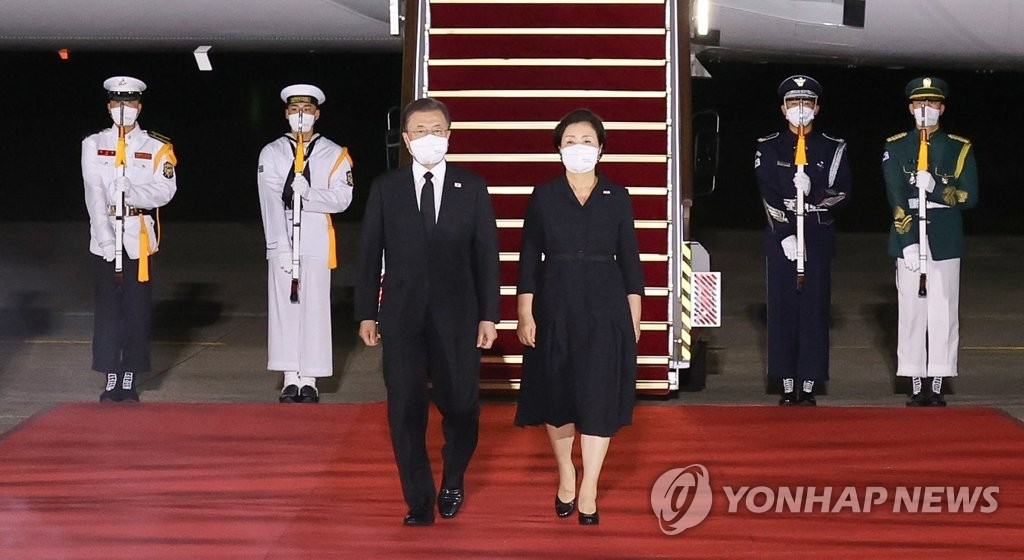 President Moon Jae-in and first lady Kim Jung-sook arrive at Seoul Air Base in Seongnam, just south of Seoul, on Sept. 23, 2021, wrapping up a five-day visit to the United States. (Yonhap)