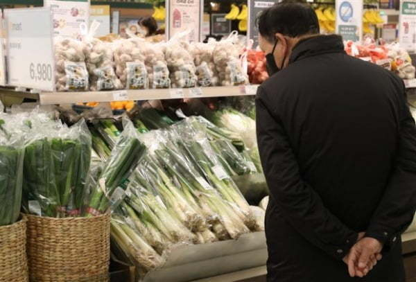 A man shops in the produce section at a local market in Seoul. (Yonhap)