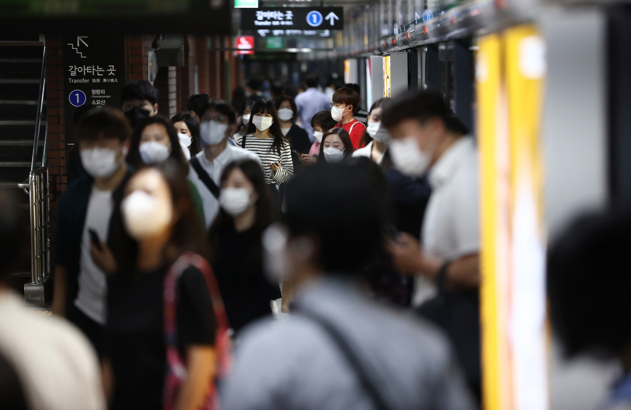 People commute to work at City Hall station in Seoul on Friday. (Yonhap)