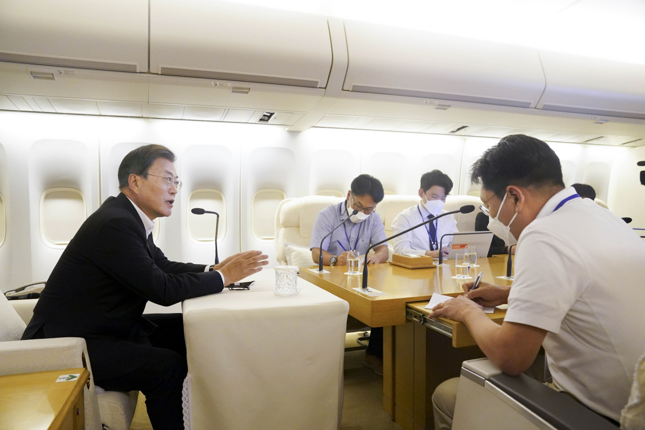 President Moon Jae-in speaks during a news briefing on board Air Force One presidential jeton Thursday on his way back to Seoul from a five-day trip to New York and Hawaii. (Yonhap)