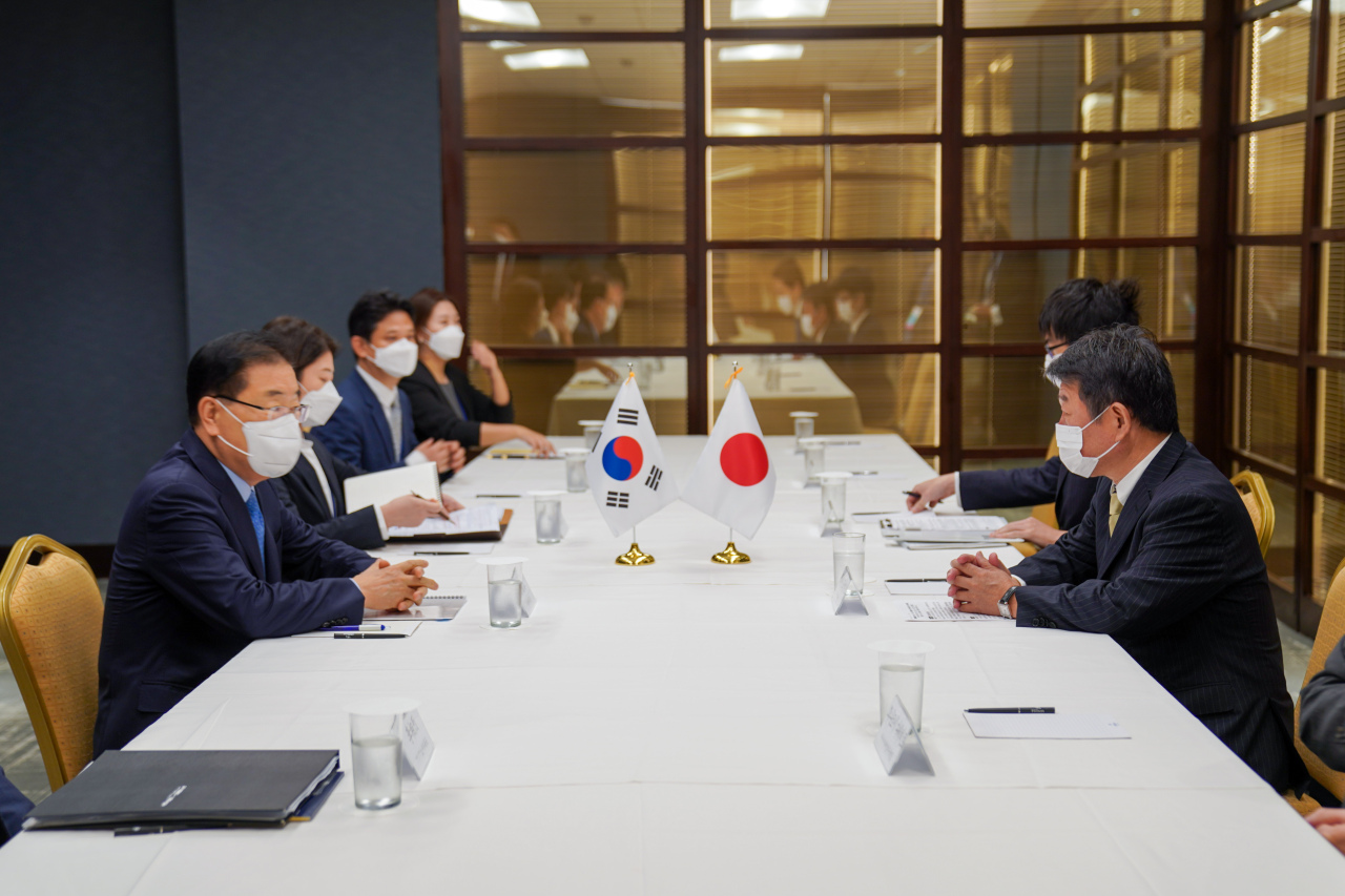 Foreign Minister Chung Eui-yong (left) holds talks with his Japanese counterpart, Toshimitsu Motegi, on the sidelines of the UN General Assembly in New York on Thursday. (Ministry of Foreign Affairs)