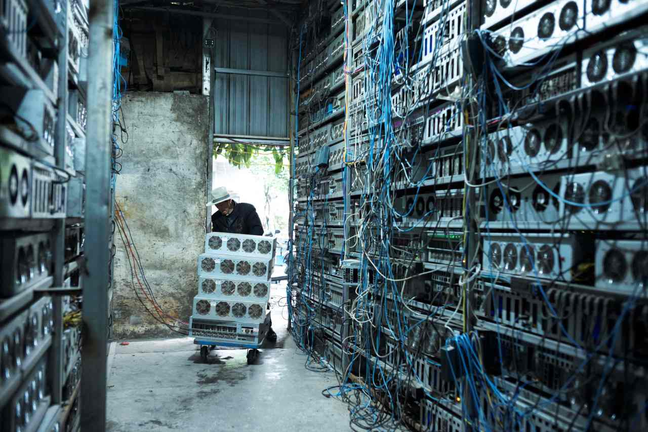 A local resident is working part time at a cryptocurrency farm in Dujiangyan in China's southwestern Sichuan province on Apr. 6. (AFP-Yonhap)