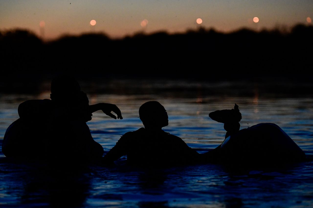 Haitian migrants cross the Rio Grande river, as seen from Ciudad Acuna, Coahuila state, Mexico on Sept. 23. (AFP-Yonhap)