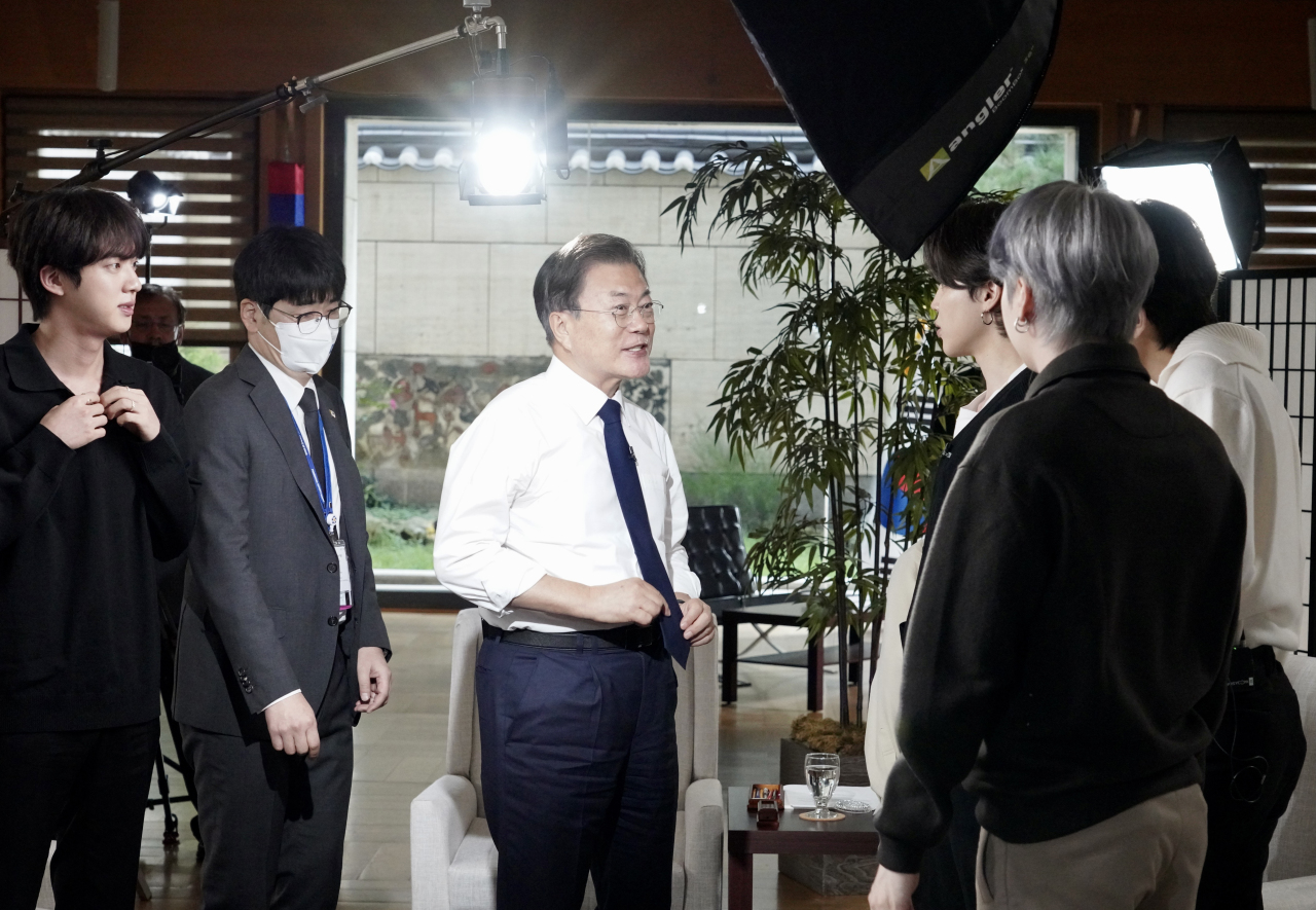 South Korean President Moon Jae-in and members of K-pop boy band BTS are interviewed by American network ABC at the United Nations headquarters in New York on Sept. 21. (Yonhap)
