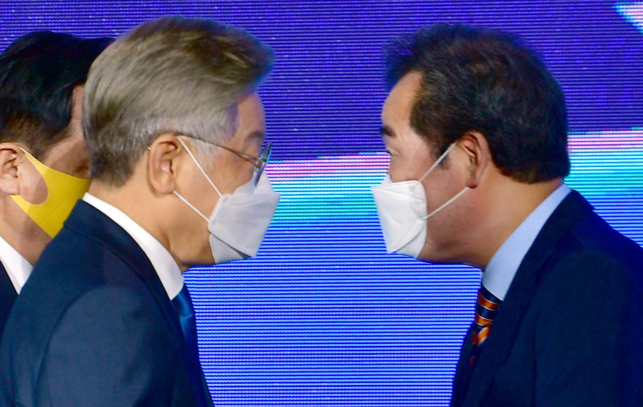 Former prime minister Lee Nak-yon is gaining on Gyeonggi Province Gov. Lee Jae-myung, grabbing his first win in his hometown in the regional primaries on Saturday. (Yonhap)
