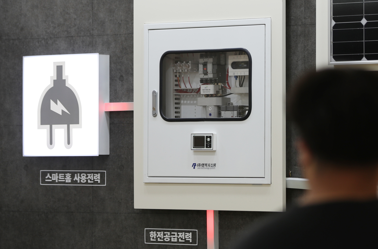 A man stares at an electricity supply model at KEPCO headquarters in Naju, South Jeolla Province. (Yonhap)
