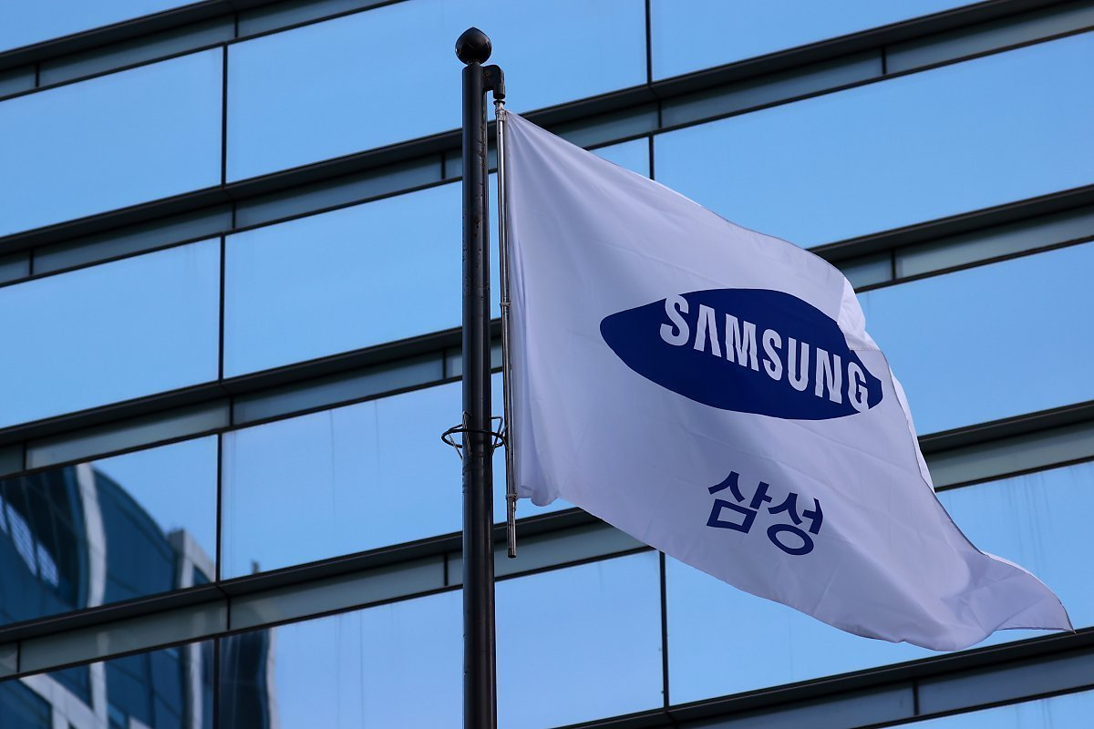 A flag bearing the corporate logo of Samsung Group waves in front of its office building in southern Seoul. (Yonhap)