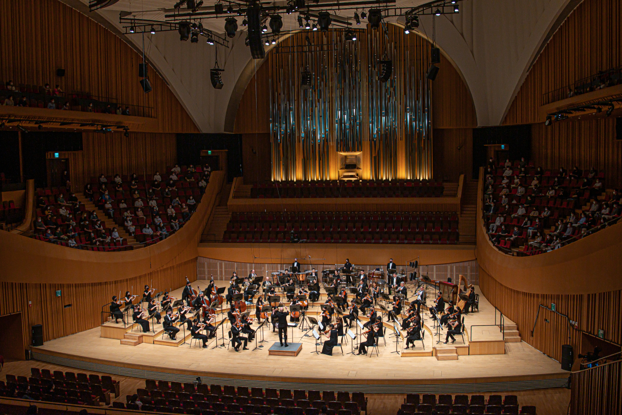 The Seoul Philharmonic Orchestra performs on Aug. 26 at the Lotte Concert Hall in eastern Seoul. (SPO)