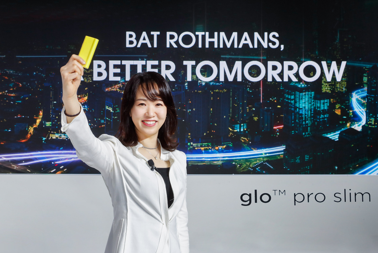 Kim Eun-ji, country manager of BAT Rothmans, holds the new Glo Pro Slim at a launch event Monday. (BAT Rothmans)