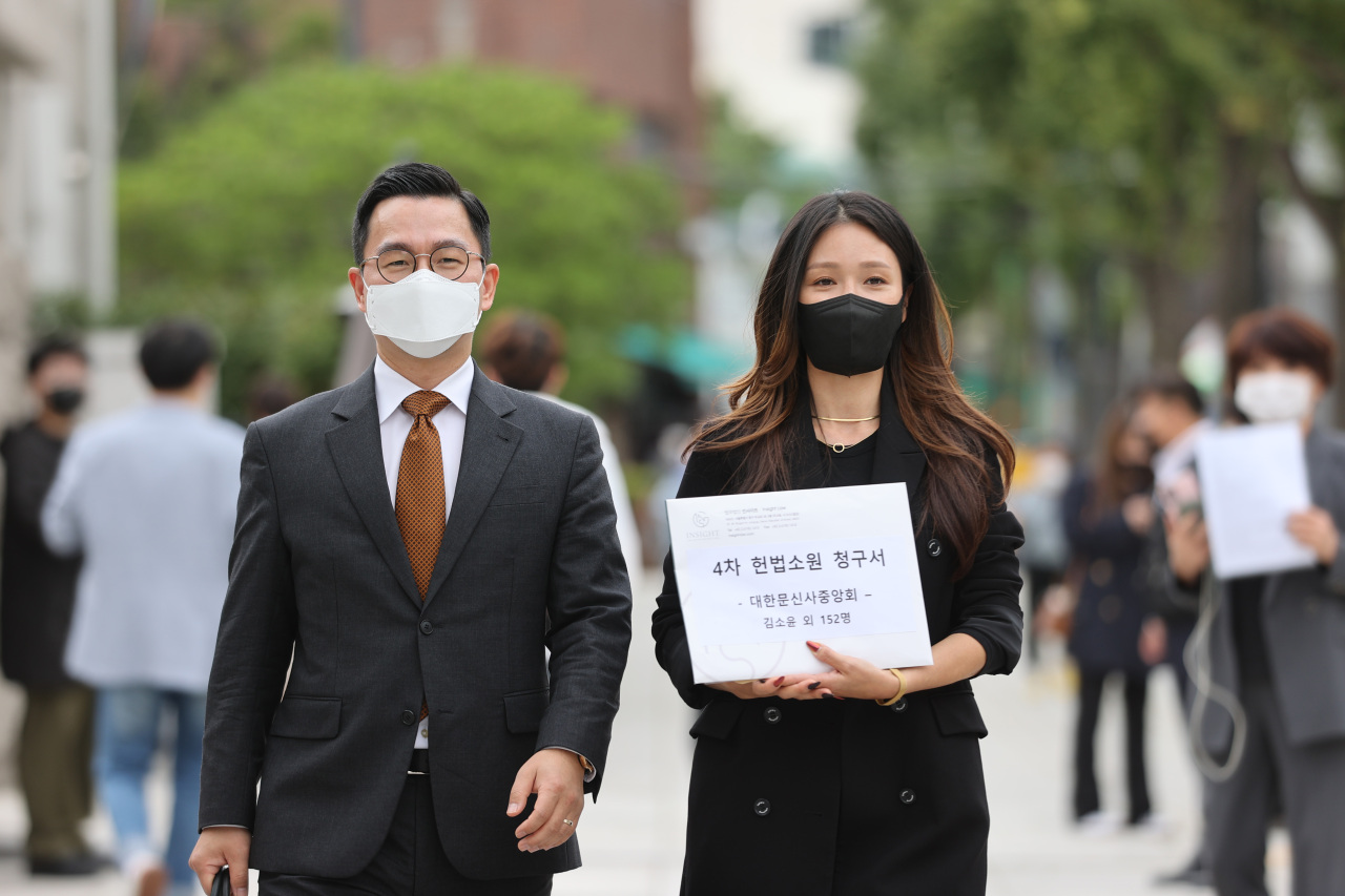 A tattooist talks about a petition against the medical law that bans tattooing by non-medical practitioners in front of the Constitutional Court in Seoul on Monday. (Yonhap)