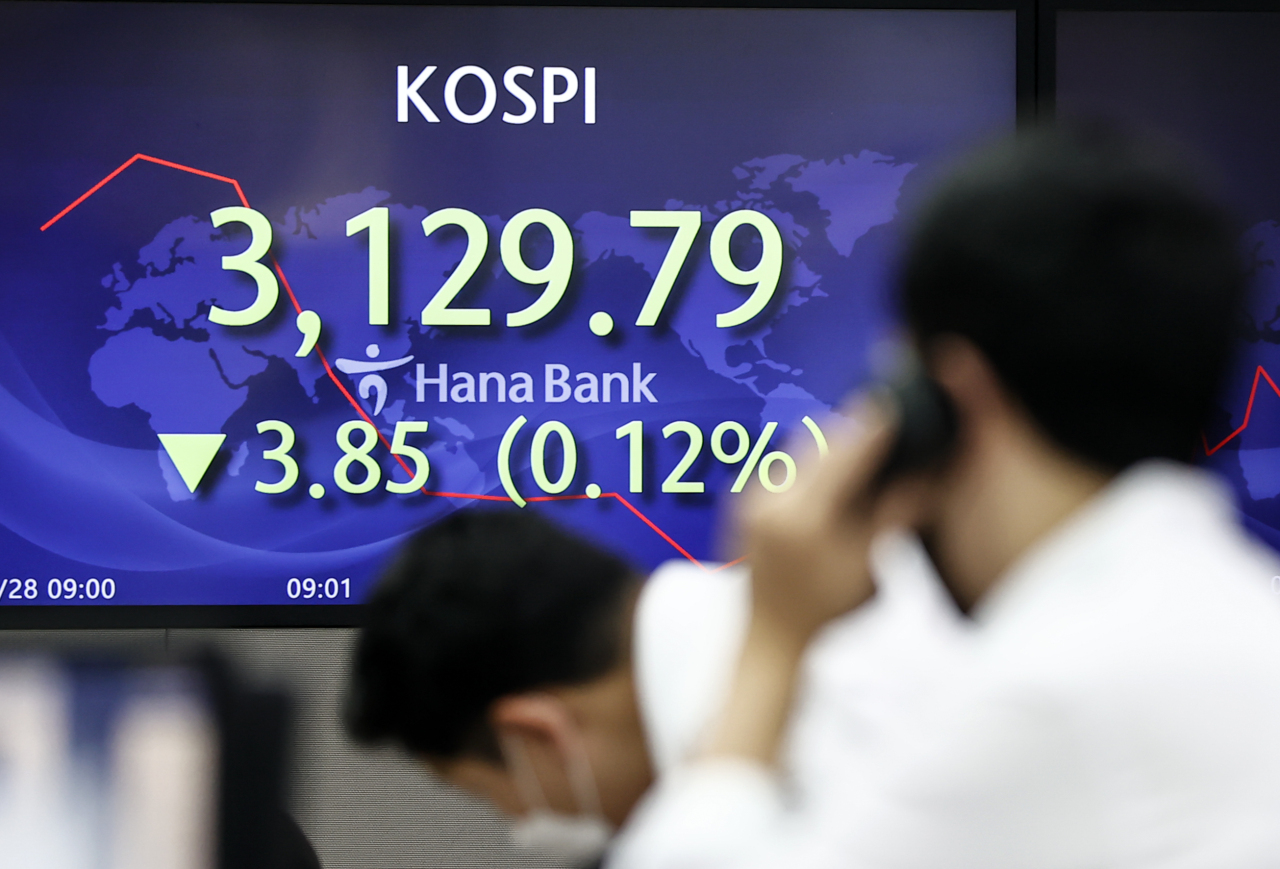 The benchmark Korea Composite Stock Price Index (Kospi) figures are displayed at a dealing room of a local bank in Seoul, Tueesday. (Yonhap)