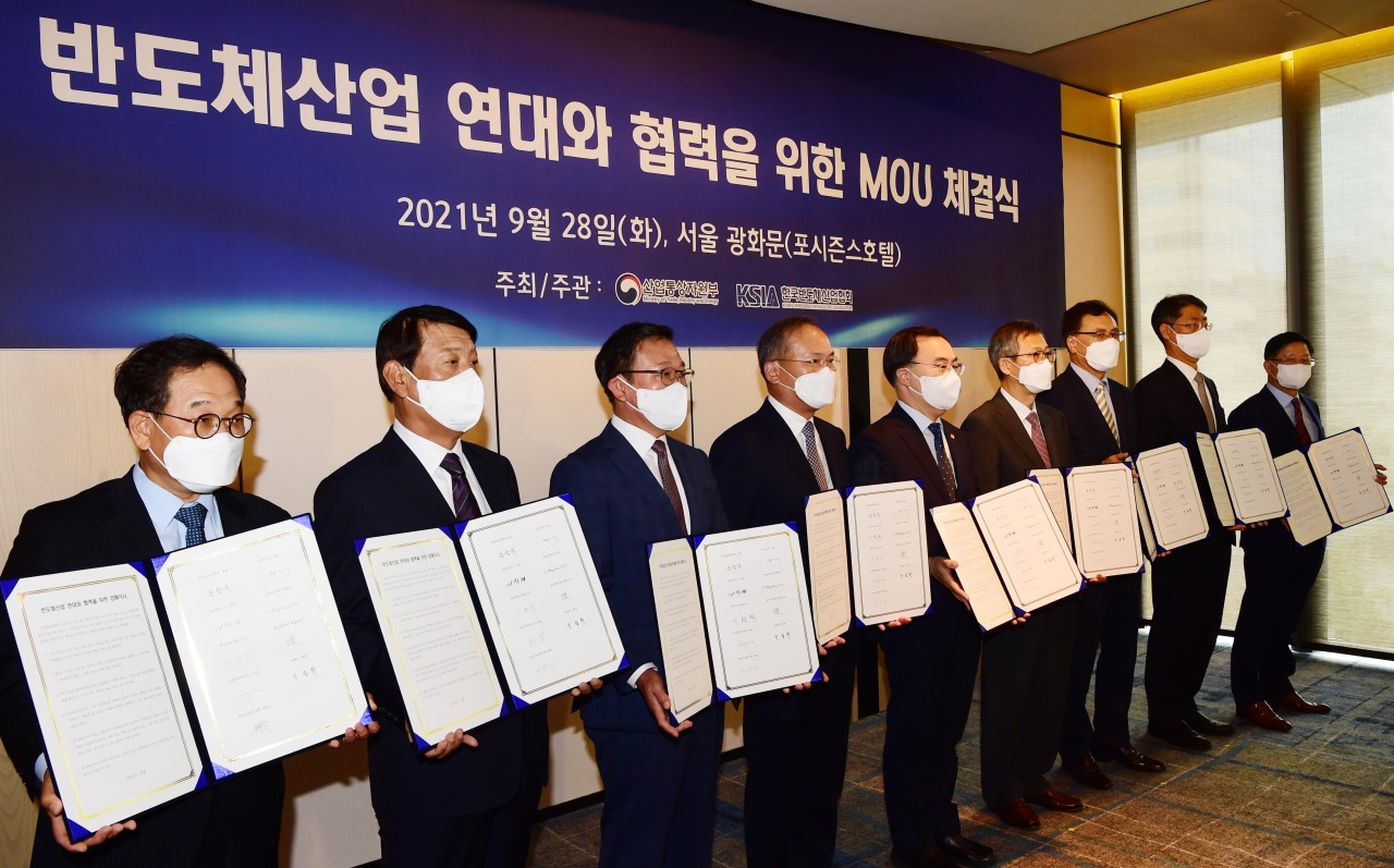 Chip industry executives and Trade Minister Moon Sung-wook hold a meeting to mark the launch of a new consulative body on the industry at the Four Seasons Hotel in central Seoul on Tuesday. (Yonhap)