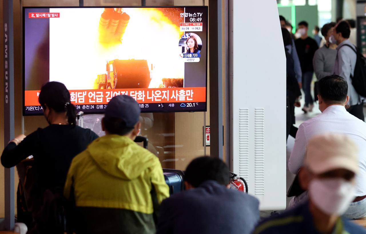 Citizens watch a news report on North Korea's missile launch at Seoul Station in central Seoul on Tuesday. (Yonhap)