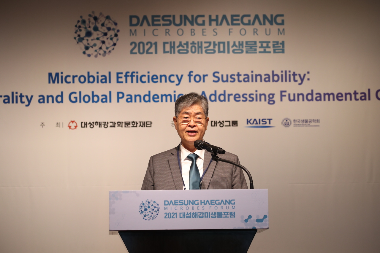 Daesung Group Chairman Younghoon David Kim speaks at the Daesung Haegang Microbes Forum at the Westin Josun Seoul on Tuesday. (Daesung Group)