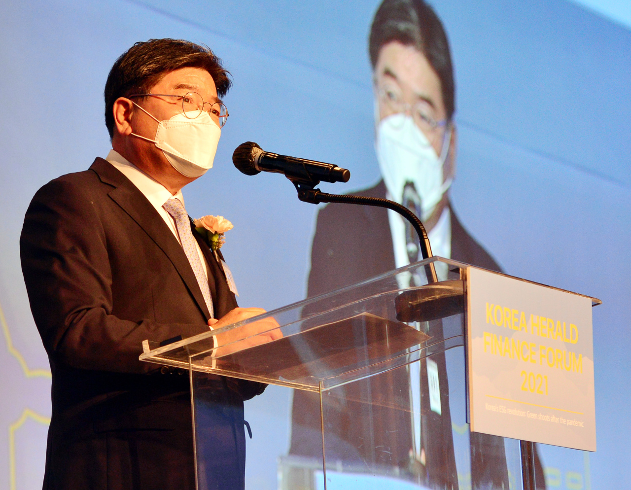 National Pension Service Chairman and Chief Executive Officer Kim Yong-jin delivers a keynote speech during The Korea Herald Finance and Investment Forum held in Seoul, Tuesday. (Park Hyun-koo/The Korea Herald)