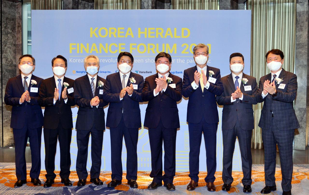 (From left) Hana Bank CEO Park Sung-ho, Shinhan Bank CEO Jin Ok-dong, Standard Chartered Bank Korea CEO Park Jong-bok, Korea Herald CEO Choi Jin-young, National Pension Service Chairman and CEO Kim Yong-jin, KB Kookmin Bank CEO Heo In, Woori Bank CEO Kwon Kwang-seok and NH NongHyup Bank CEO Kwon Joon-hak pose for a photo at the Korea Herald Finance and Investment Forum at Four Seasons Hotel Seoul on Tuesday. (Park Hyun-koo/The Korea Herald)
