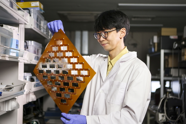 Jang Bong-kyun, a researcher at the Korea Institute of Machinery and Materials, holds the stretchable battery structure. (KIMM)