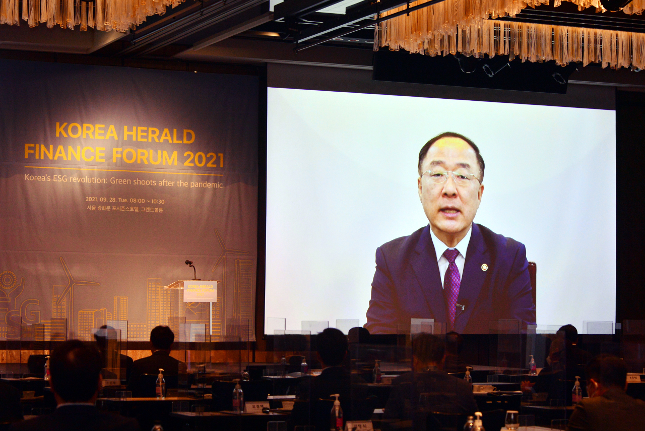 Deputy Prime Minister and Finance Minister Hong Nam-ki delivers his congratulatory speech at the second Korea Herald Finance and Investment Forum in Seoul on Tuesday. (Park Hyun-koo/ The Korea Herald)