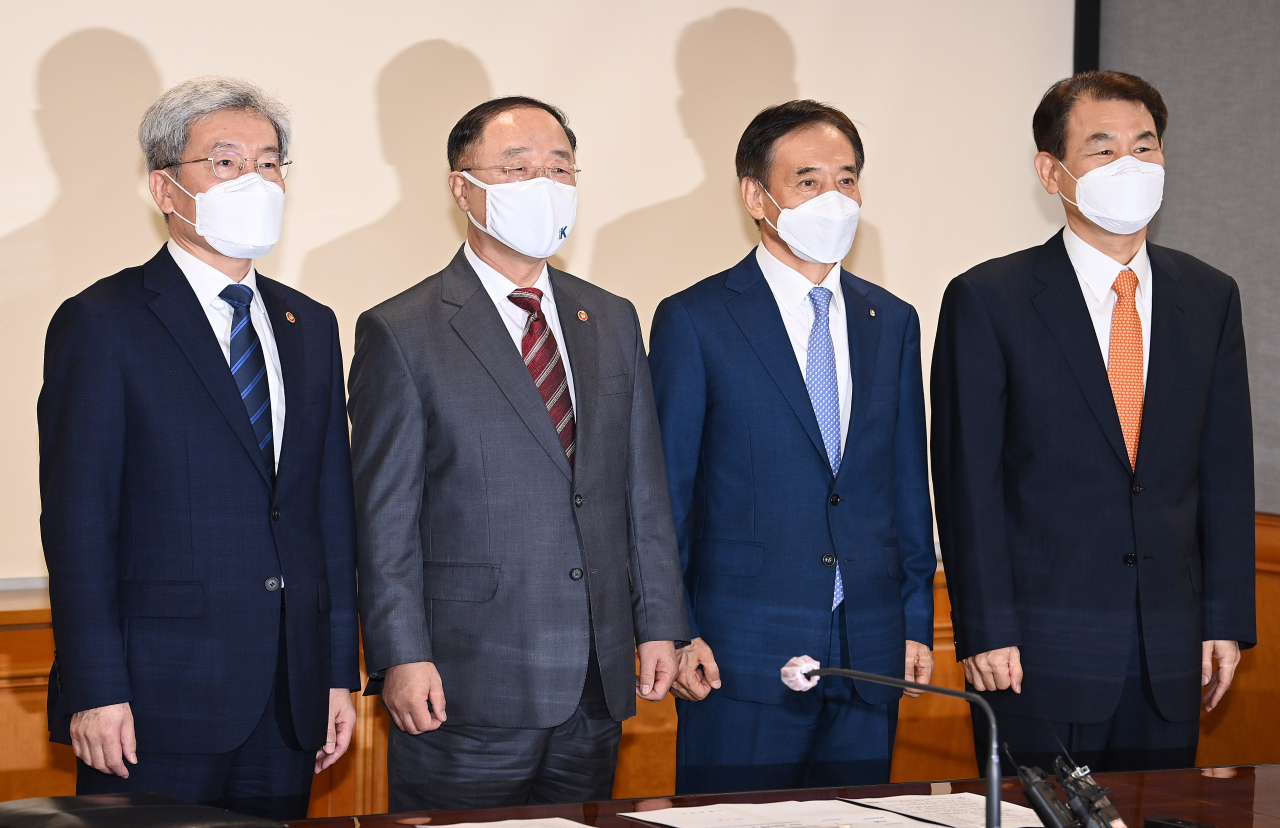 From left: Financial Services Commission Chairman Koh Seung-beom, Finance Minister Hong Nam-ki, Bank of Korea Gov. Lee Ju-yeol and Financial Supervisory Service Gov. Jeong Eun-bo pose for a photo at the Korea Federation of Banks headquarters in central Seoul on Thursday. (Yonhap)