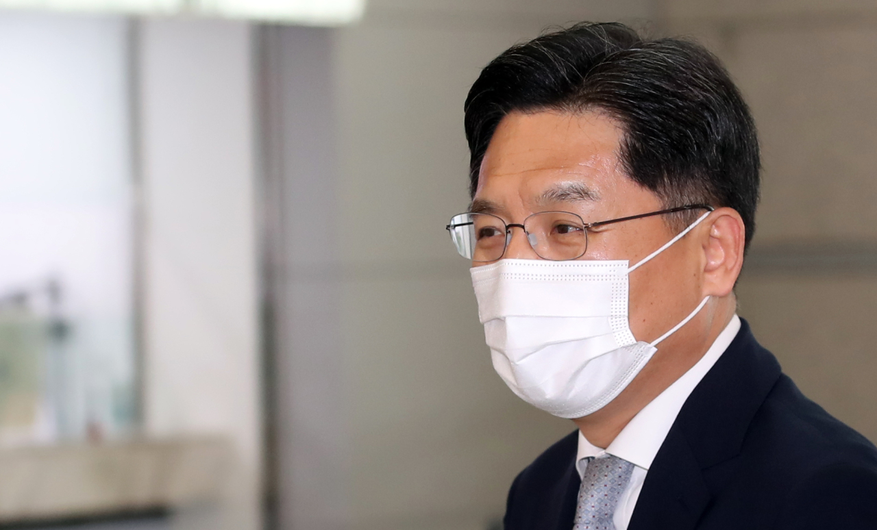 South Korea's chief nuclear envoy, Noh Kyu-duk, leaves for Indonesia for talks with his US counterpart, Sung Kim, at Incheon International Airport, west of Seoul, on Wednesday. (Yonhap)