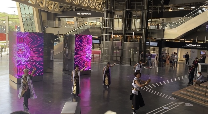 """A Korean B-boy group dance with """"mobile columns"""" at the Madang, or the open courtyard space in the center of the Korea Pavilion on Friday. (Jo He-rim/The Korea Herald)"""