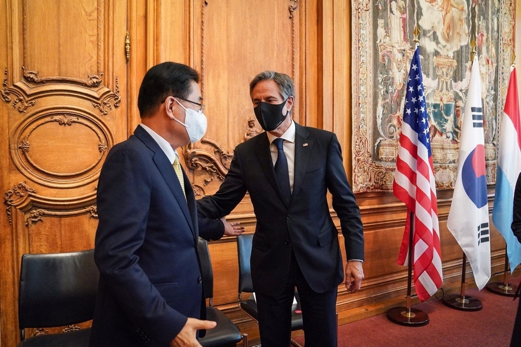 Foreign Minister Chung Eui-yong (L) and his US counterpart, Antony Blinken, meet for a brief meeting on the sidelines of the Meeting of the OECD Council at Ministerial Level in Paris on Tuesday, in this photo provided by the foreign ministry. (Yonhap)