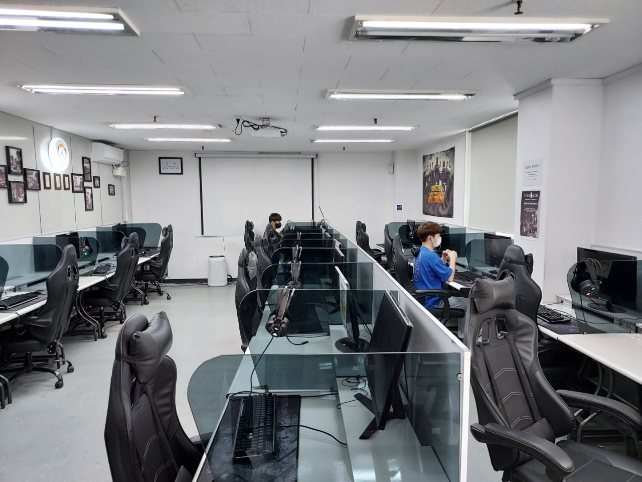 Students practice in a Seoul Game Academy classroom (Lee Si-jin/The Korea Herald)