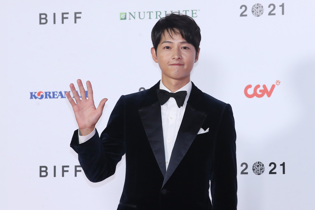Hallyu star Song Joong-ki poses before entering the Busan Cinema Center to host the 26th Busan International Film Festival's opening ceremony on Wednesday night. (Yonhap)