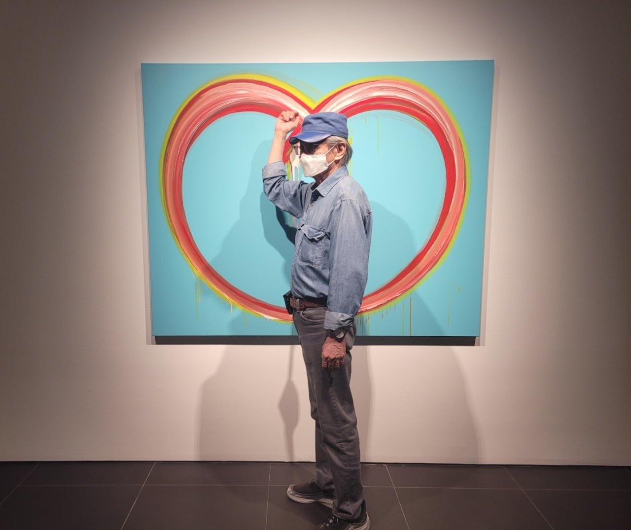 """Lee Kun-yong demonstrates how he creates """"Body Scape"""" paintings. (Park Yuna/The Korea Herald)"""