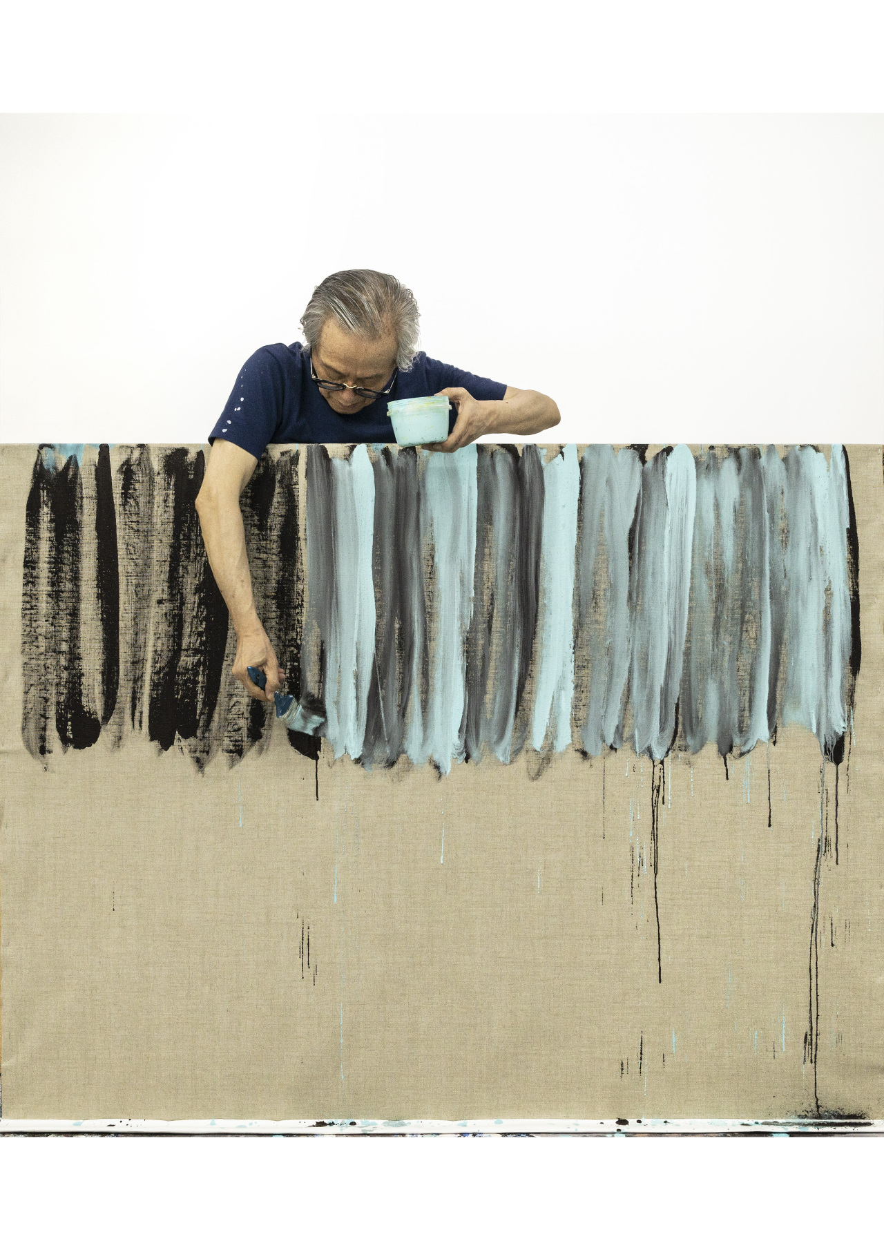 """Lee Kun-yong works on a """"Body Scape"""" painting. (Gallery Hyundai)"""