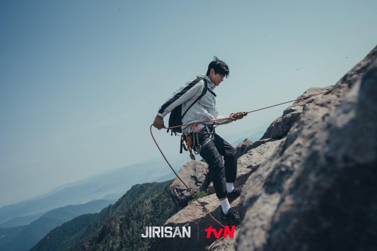 "Actor Ju Ji-hoon plays rookie ranger Kang Hyun-jo in ""Jirisan"" (tvN)"