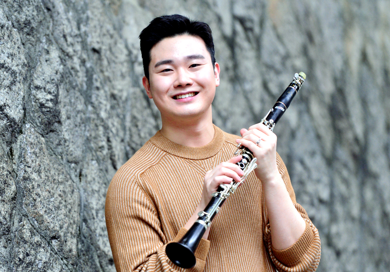 Clarinetist Kim Han poses for photos before an interview with The Korea Herald on Tuesday. (Park Hyun-koo/ The Korea Herald)
