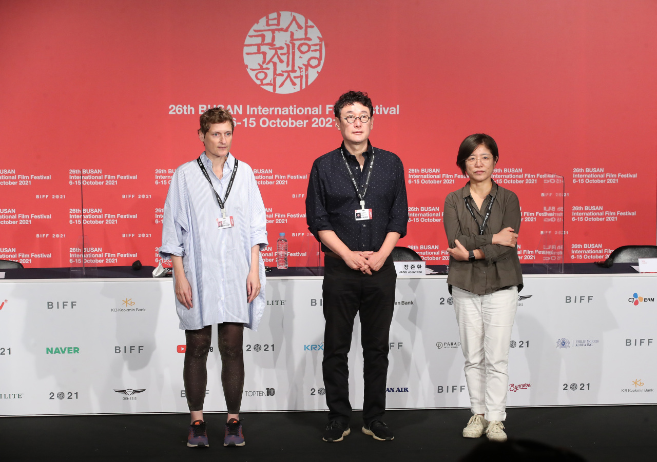 From right: BIFF's New Current Award jurors Jeong Jae-eun, Jang Joon-hwan and Cristina Nord pose after a press conference held at the KNN theater in Busan on Thursday. (Yonhap)