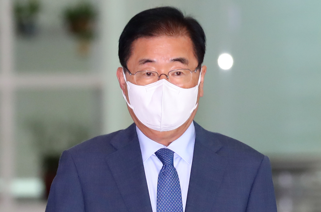 Foreign Minister Chung Eui-yong arrives at Incheon International Airport, west of Seoul, last Monday. (Yonhap)