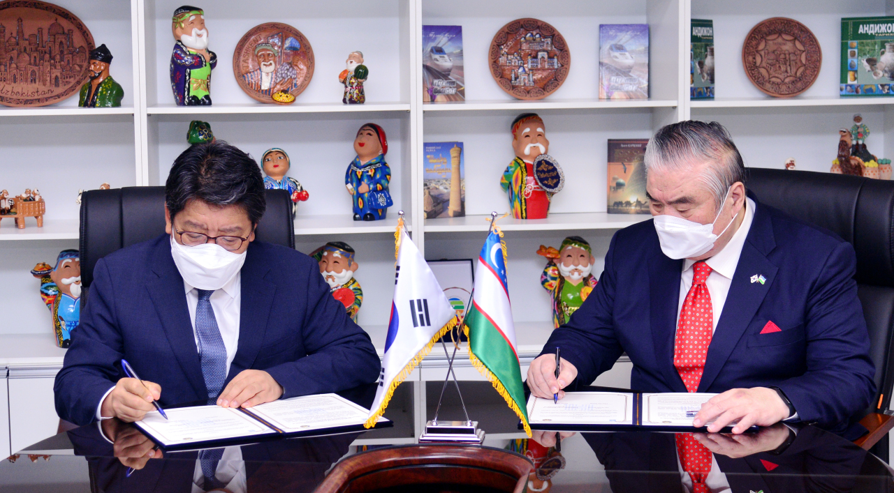 Choi Jin-young (left), CEO of The Korea Herald and Uzbek Ambassador Vitali V. Fen signing memorandum of understanding (Park Hyun-koo/The Korea Herald)
